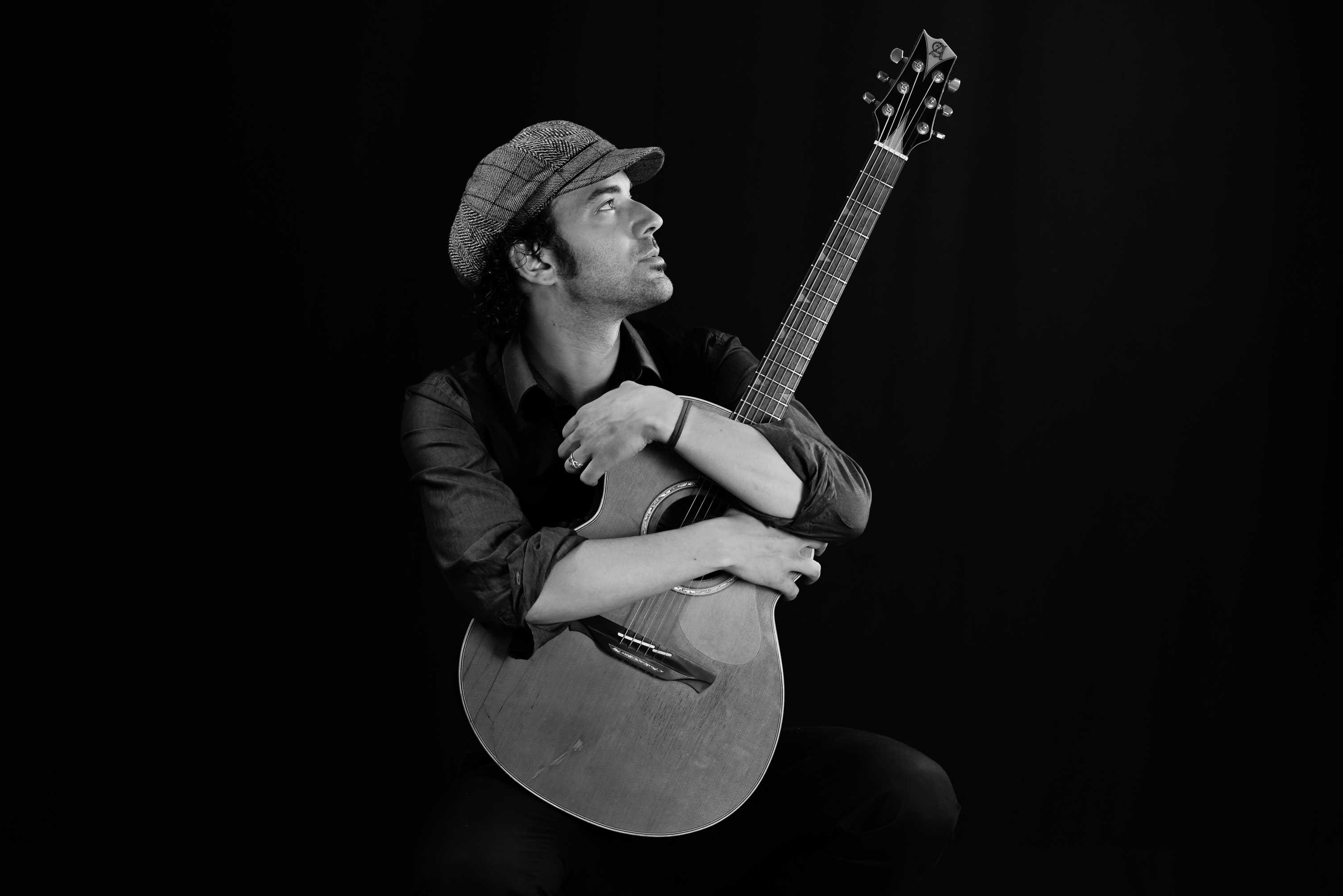 Sam Lorenzini con la sua chitarra acustica - una passione per la Soul Music